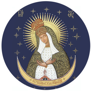 Остробрамская Божия Матерь внутри храма-часовни возвышается над молящимися.
